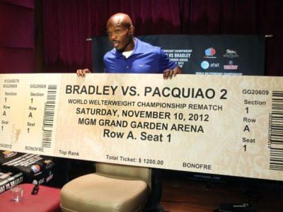 ФОТО: Брэдли демонстрирует билет на «реванш» с Пакьяо