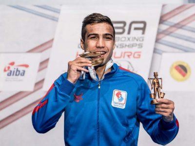 Шахрам Гиясов переходит в профессионалы